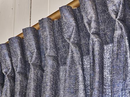 de rijke gordijnstof dandy heeft een structuurdessin die door de meegeweven garens veel klasse heeft deze modern klassieke stof kan een mooie tegenhanger